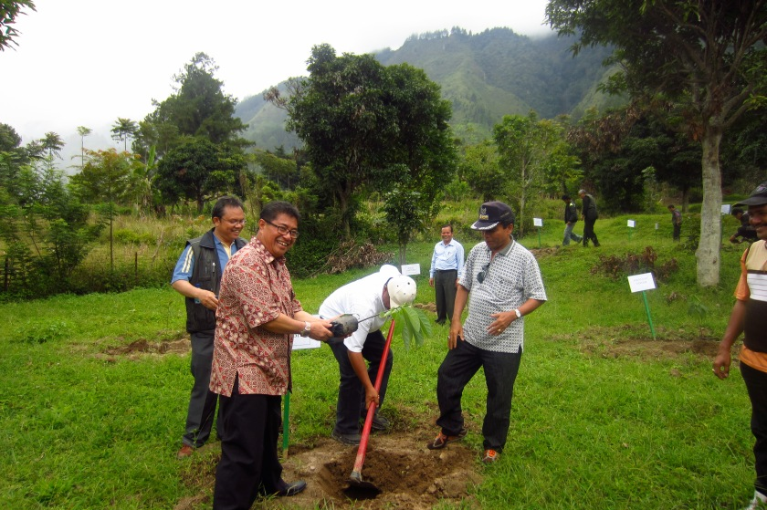 The Ephorus of the Huria Kristen Batak Protestan (HKBP) planting a tree.