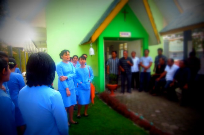 The students singing in the courtyard after worship.
