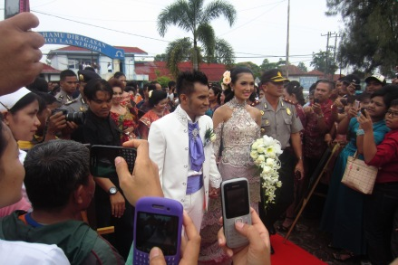 Judika and Duma enter the HKBP Balige church. 31 August 2013.