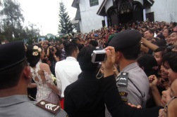 Crowd watching Judika and Duma enter the HKBP Balige church. 31 August 2013.